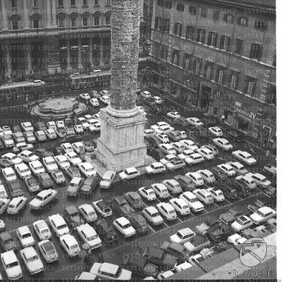 Piazza Colonna a Roma, negli anni sessanta